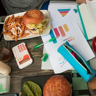 Almuerzo con hamburguesas durante los estudios.