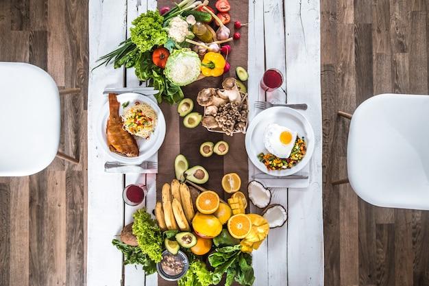 Almuerzo en la mesa con comida orgánica saludable. vista superior
