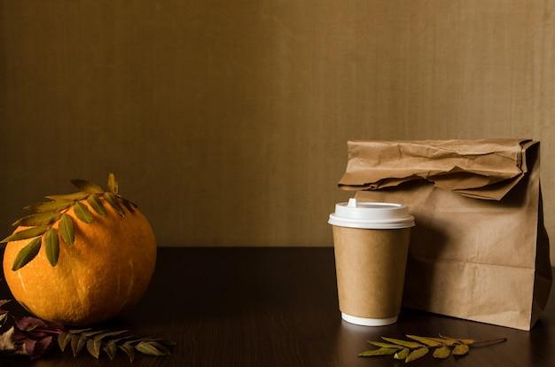 Almuerzo de negocios de otoño, naturaleza muerta con calabaza y follaje.