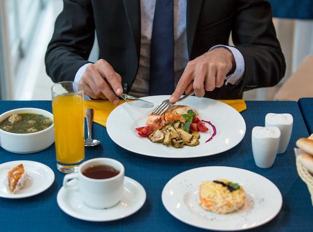 Almuerzo de negocios total en la mesa