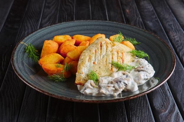 Almuerzo ruskic. filete de pollo a la plancha con bolas de patata y salsa de champiñones cremosa