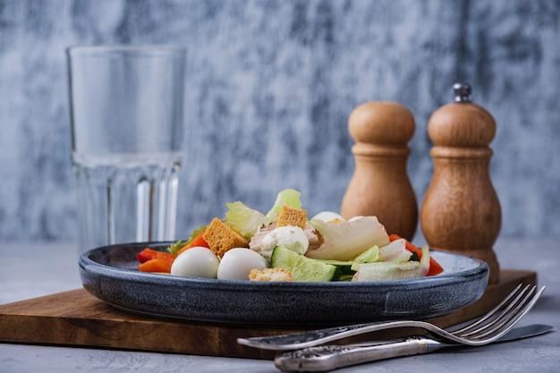 Almuerzo sabroso y saludable con vaso de agua.