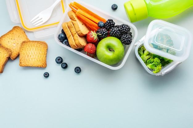 Almuerzo saludable para llevar empacado en lonchera.