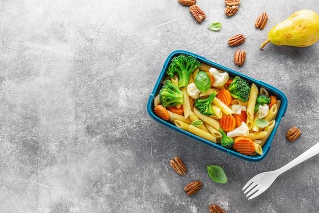 Almuerzo saludable para llevar servido en caja con verduras.