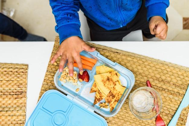Almuerzo saludable de los niños en una escuela.