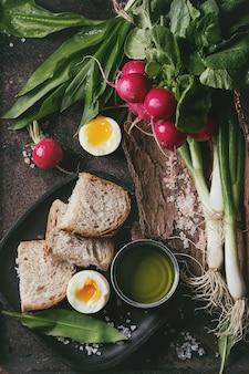 Almuerzo con verduras y pan.