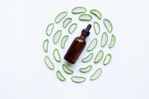 Aloe vera con botella de aceite esencial.