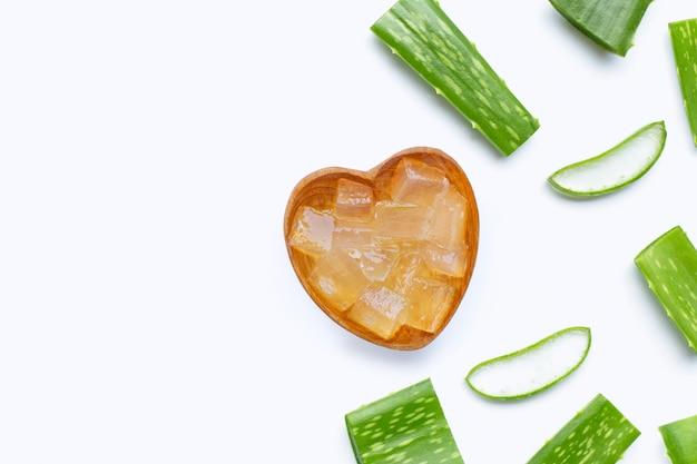 Aloe vera corta piezas con rodajas.