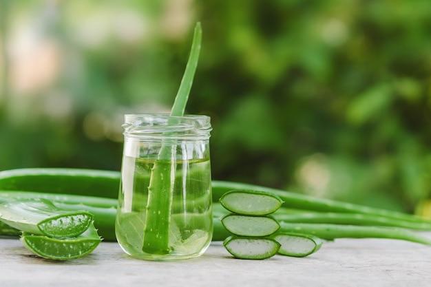 Aloe vera medicina herbal muy útil para el tratamiento de la piel y su uso en el spa para el cuidado de la piel.