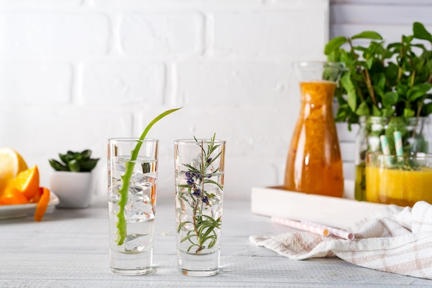 Aloe vera y romero ginebra y tónica sobre mesa rústica blanca.