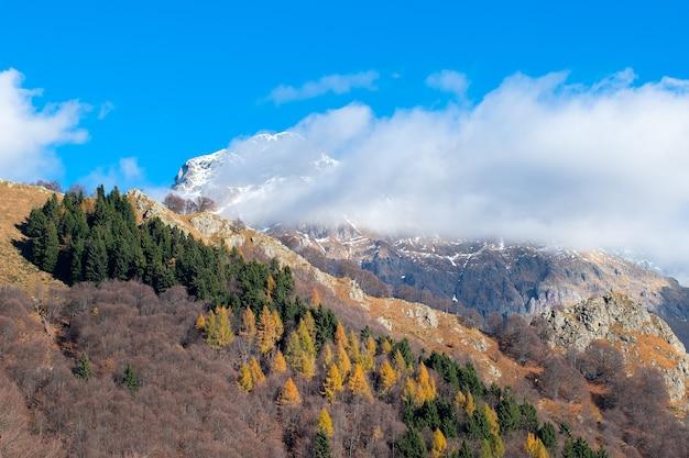 Alpes italianos cerca del valle de bérgamo brembana, pizzo dei tre lords en otoño