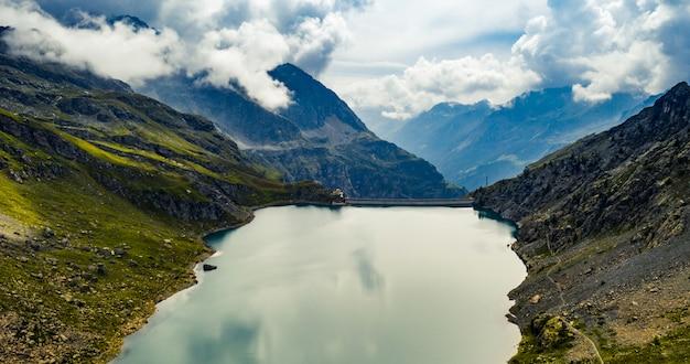 Alpes que rodean el lago de montaña