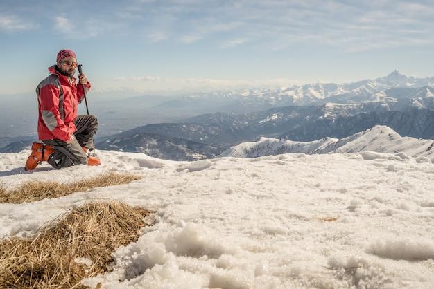 Alpinista en la cima de la montaña