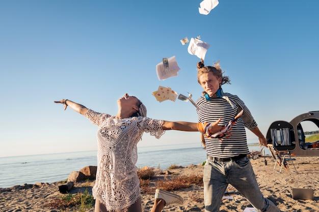 Alrededor del mundo. pareja loca se siente extremadamente emocionada al decidir viajar por todo el mundo