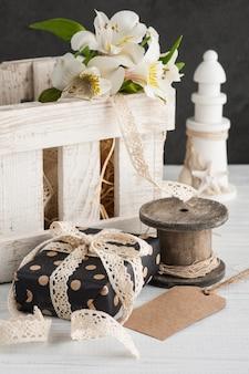 Alstromeria flores en la caja de madera, regalo