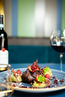 Alta cocina bistec a la parrilla con verduras en restaurante, gastronomía profesional