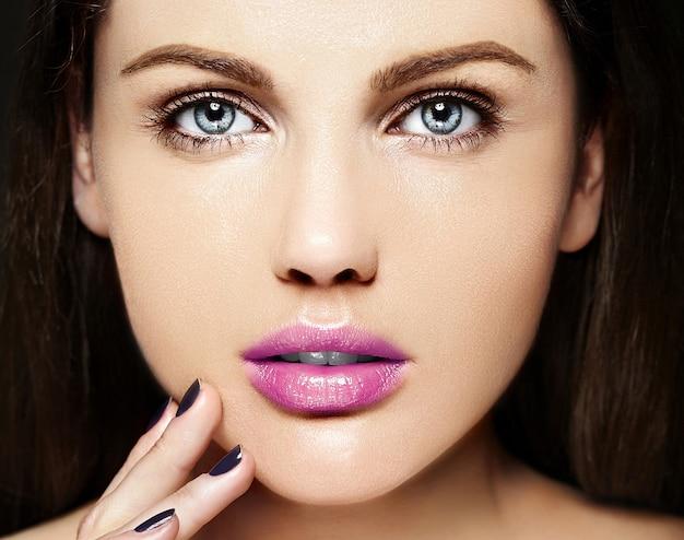 Alta moda look.glamor closeup retrato de belleza de la bella modelo de mujer joven de raza caucásica con maquillaje desnudo con piel limpia y perfecta con coloridos labios rosados