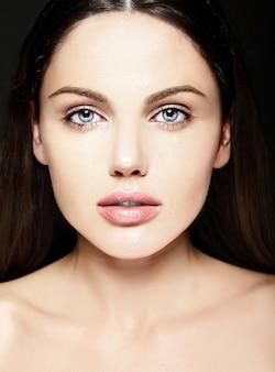 Alta moda look.glamor closeup retrato de belleza de la bella modelo de mujer joven de raza caucásica con maquillaje desnudo con piel limpia