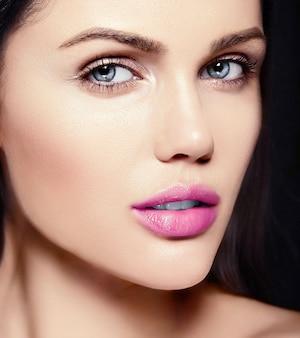 Alta moda look.glamor closeup retrato de belleza de la hermosa modelo caucásica joven con labios rosados con piel limpia perfecta