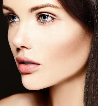 Alta moda look.glamor closeup retrato de belleza de la hermosa modelo caucásica joven sin maquillaje con piel limpia perfecta