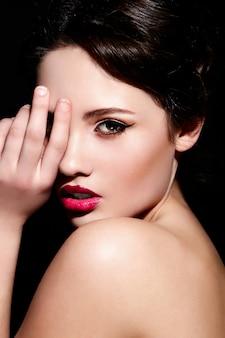 Alta moda look.glamor closeup retrato de hermosa morena sexy modelo de mujer joven de raza blanca con maquillaje brillante, con labios rojos, con piel limpia perfecta