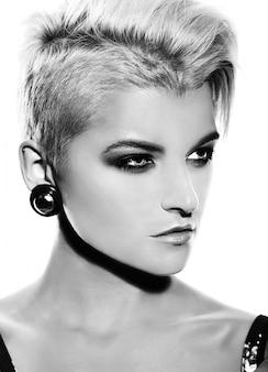 Alta moda look.glamor closeup retrato de hermosa sexy elegante caucásica joven modelo con maquillaje moderno brillante con cabello corto