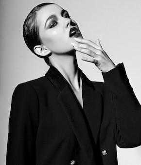 Alta moda look.glamor closeup retrato de hermosa sexy elegante caucásica joven modelo