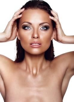 Alta moda look.glamor closeup retrato de hermosa sexy elegante morena caucásica joven modelo con maquillaje brillante, con piel limpia perfecta con ojos azules en estudio