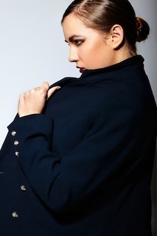 Alta moda look.glamor closeup retrato de hermosa sexy elegante morena caucásica joven modelo con maquillaje brillante