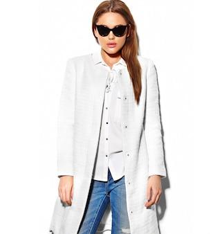 Alta moda look.glamor closeup retrato de hermosa sexy elegante morena hipster mujer joven modelo en chaqueta de bata blanca