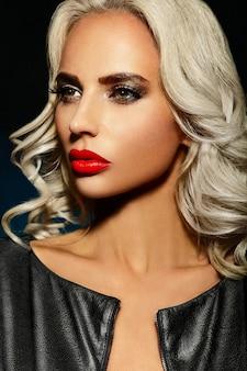 Alta moda look.glamor closeup retrato de hermosa sexy elegante rubia caucásica joven modelo con maquillaje brillante, con labios rojos, con piel limpia perfecta