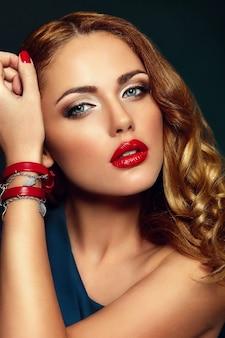 Alta moda look.glamor closeup retrato de hermosa sexy elegante rubia caucásica joven modelo con maquillaje brillante