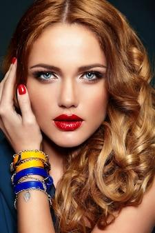 Alta moda look.glamor closeup retrato de hermosa sexy elegante rubia caucásica joven modelo