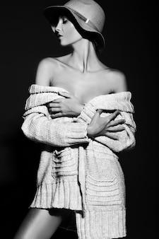 Alta moda look.glamor closeup retrato de hermosa sexy modelo elegante joven con maquillaje brillante con piel limpia perfecta en ropa casual con sombrero