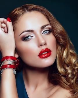 Alta moda look.glamor closeup retrato de hermosa sexy rubia elegante modelo caucásica joven con maquillaje brillante, con labios rojos, con piel limpia perfecta con accesorios coloridos