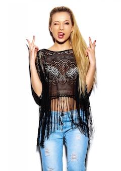 Alta moda look.glamor elegante sexy sonriente hermosa joven rubia modelo en verano brillante jeans hipster tela
