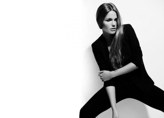 Alta moda look.glamor retrato de hermosa sexy elegante caucásica joven modelo en tela negra