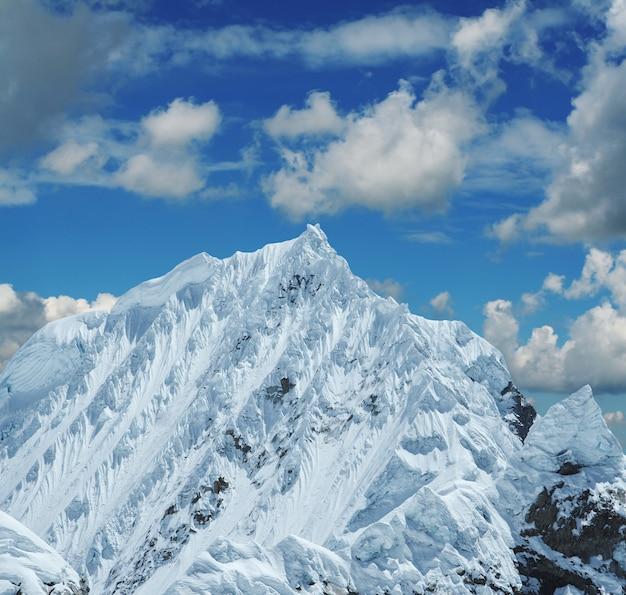 Alta montaña nevada en cordilleras