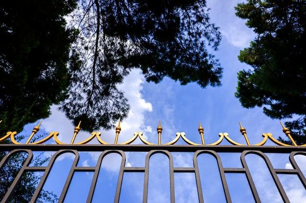 Alta valla metálica para proteger algo valioso en el viejo estilo.