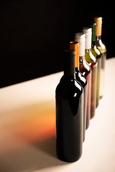 Alta vista botellas de vino en una fila.
