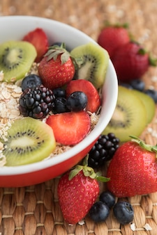 Alta vista deliciosa ensalada de frutas