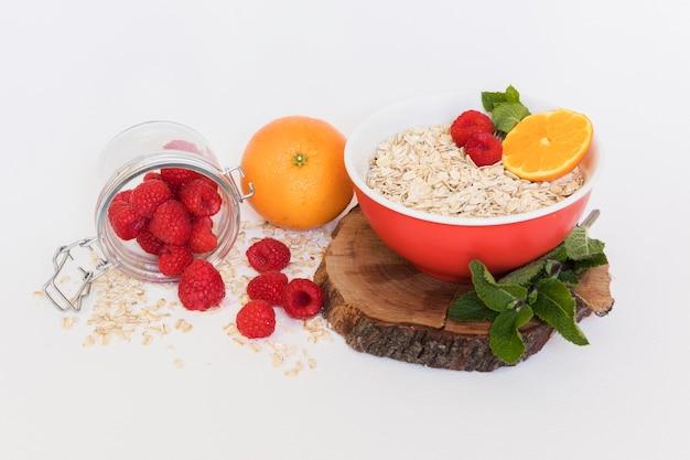 Alta vista frambuesas frescas y cereales