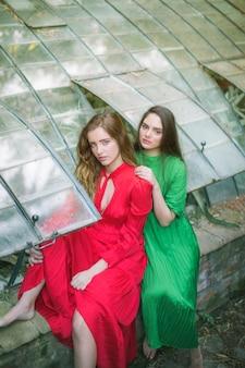 Alta vista de mujeres en una casa verde