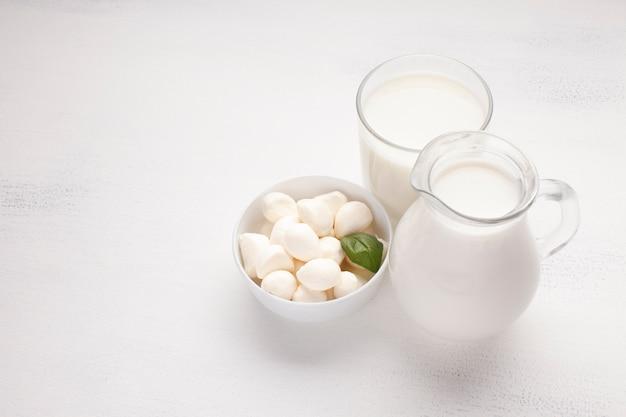 Alta vista de tarros llenos de leche.