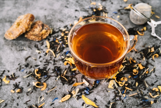Alta vista de la taza de té con galletas