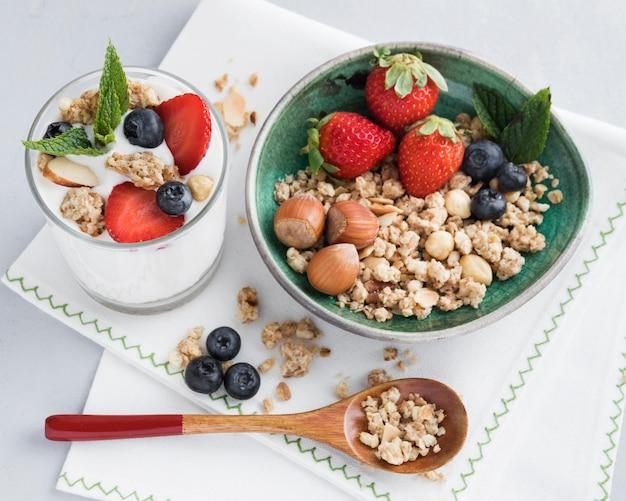 Alta vista trozos de nueces y frutas en un tazón