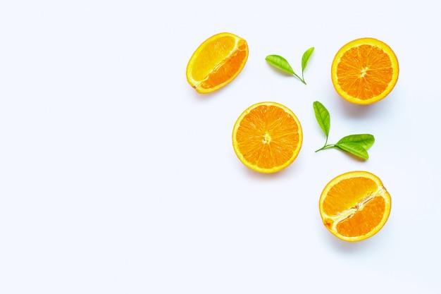 Alta vitamina c, jugosa y dulce. fruta fresca de naranja con hojas verdes. fondo con copyspace