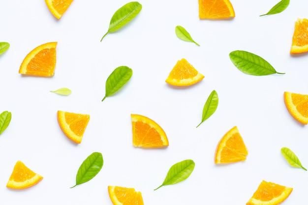 Alta vitamina c, jugosa y dulce. fruta fresca de naranja con hojas verdes de patrones sin fisuras