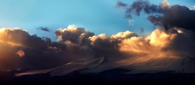 Altai ukok la puesta de sol sobre las montañas en tiempo nublado nublado.