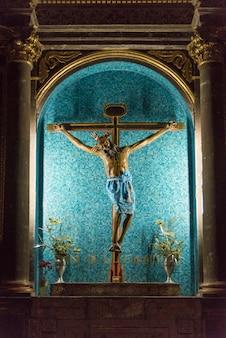 Altar crucifijo en una iglesia, san miguel de allende, guanajuato, méxico